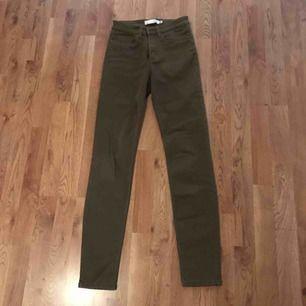 Mörkgröna byxor i mjukt jeansmaterial. Supersköna i vardagen. Säljer dem på grund av att storleken inte passar längre.  Använda endast ett fåtal gånger. Byxorna är i normalt begagnat skick.