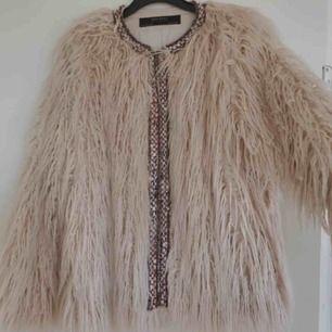 Fantastiskt fin fluffig jacka från Zara, använd ett fåtal gånger.  Strl M men passar även mig som är S