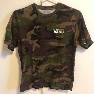 Vans T-shirt i camo, tryck på bröst och rygg. Barnstorlek L, passar en Small vuxen