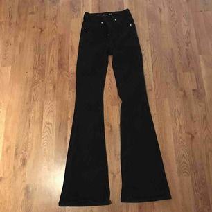 Snygga svarta Bootcut jeans i normalt begagnat skick. Säljer dem på grund av att de inte passar längre. Jeansen går att kombinera till allt👕👚👔 Köpte dem mars 2019. Ordinariepriset är 799 kr.