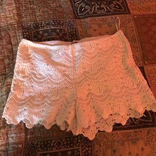 Ett par shorts som är använda max 5 gånger. Storlek XS.  Köparen står för frakt
