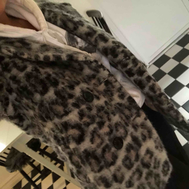 Leopard Jacka från part two, nypris 3000. Väldigt varm och mysig, använt sparsamt. Köparen står för frakt . Jackor.