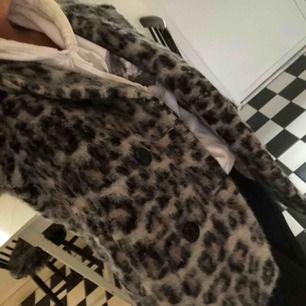 Leopard Jacka från part two, nypris 3000. Väldigt varm och mysig, använt sparsamt. Köparen står för frakt