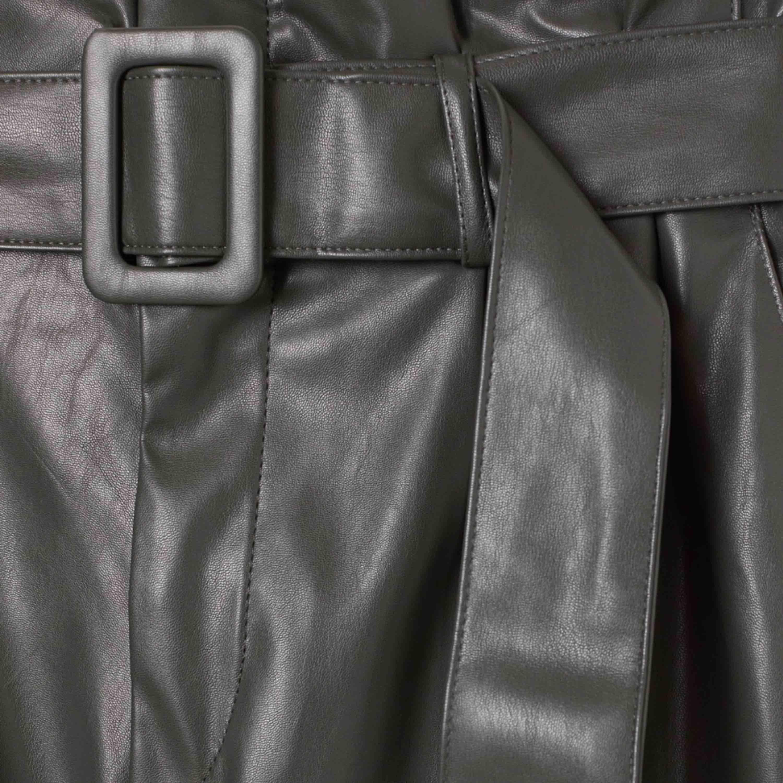 """Läderbyxor inköpta på hm. Använda seriöst 2 ggr då jag ej tyckte det riktigt var """"jag"""" i klädstilen. Sitter superfint på kroppen & passar någon med lite cool stil. 230 kr, fri frakt ❤️. Jeans & Byxor."""