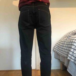 Snygga BDG jeans från Urban Outfitters med vit kontrastsöm. Fransiga längst ner. Strl 30x32 men längden är snarare 30. Frakten ingår i priset 🥰
