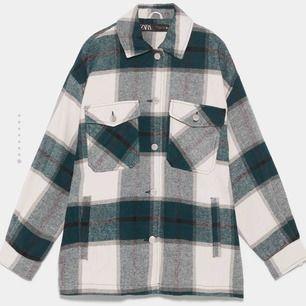 Säljer nu min snygga och trendiga skjort jacka från Zara. den är sparsamt använd och mycket varm och mysig. Köparen står för frakt