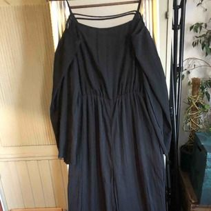 Jumpsuit svart, lite öppen i ryggen, strl 40, lapp kvar, 100kr