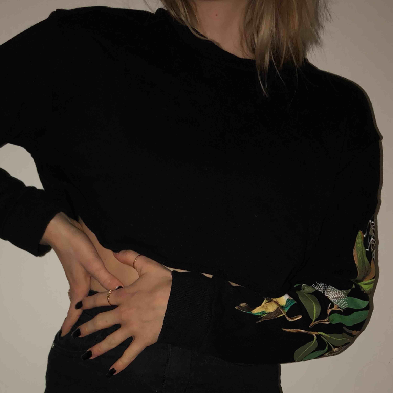 cropped tröja från weekday strl XS. Huvtröjor & Träningströjor.