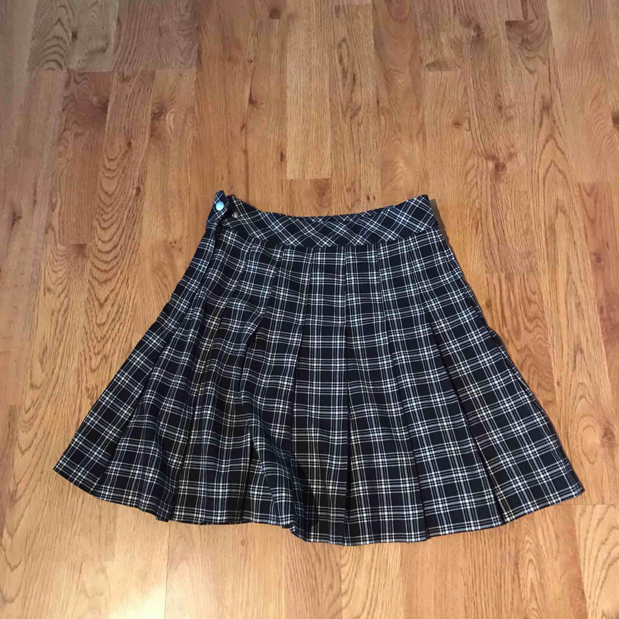 Fin skotskrutig kjol i nyskick. Har endast blivit använd ett fåtal gångar. Säljer den på grund av att storleken inte passar mig längre. Köpte den i juli detta året 2019 Passar till många outfits. . Kjolar.