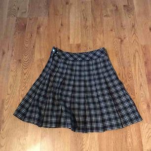 Fin skotskrutig kjol i nyskick. Har endast blivit använd ett fåtal gångar. Säljer den på grund av att storleken inte passar mig längre. Köpte den i juli detta året 2019 Passar till många outfits.
