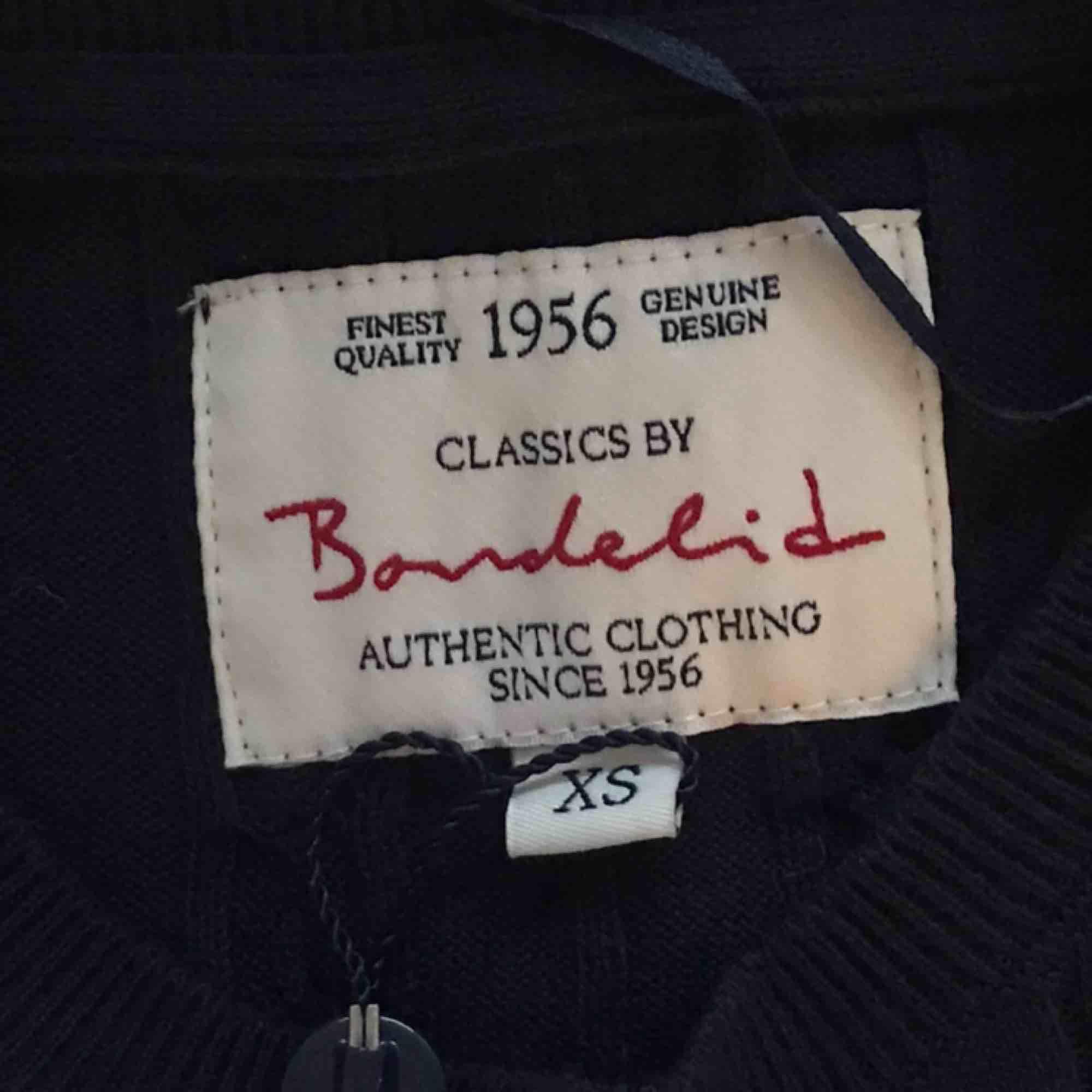 Kabelstickad tröja från Bondelid, helt oanvänd (endast testat på bilderna) prislapp fortfarande kvar, den är dock avklippt i halv för att gömma priset när jag fick den🥰 originalpris:599kr. Säljer för 400kr/tröja❤️. Stickat.