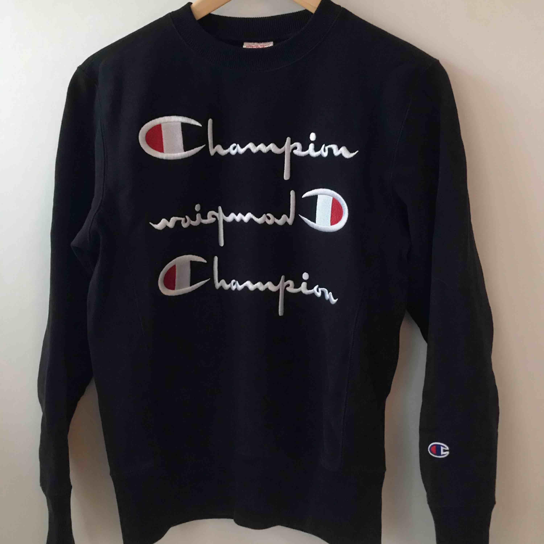 En mörkblå hoodie från champion. I fint skick! Köparen står för frakt. . Huvtröjor & Träningströjor.