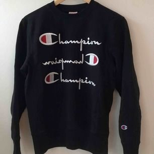 En mörkblå hoodie från champion. I fint skick! Köparen står för frakt.