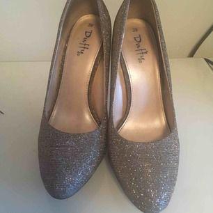Ett par super snygga skor, perfekt för festligheter.  Kan mötas upp i centrala Stockholm, köparen står för frakten