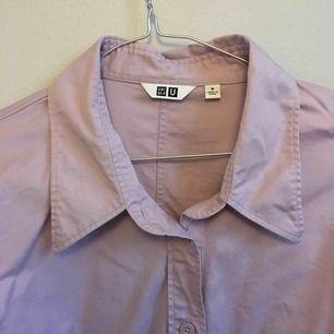 Skjorta från uniqlo i rosa/lila färg.  Den är lite insydd i midjan, men fortfarande oversized. Använd fåtal gånger.  Köpare betalar frakt eller kan mötas i Stockholm city/Odenplan.
