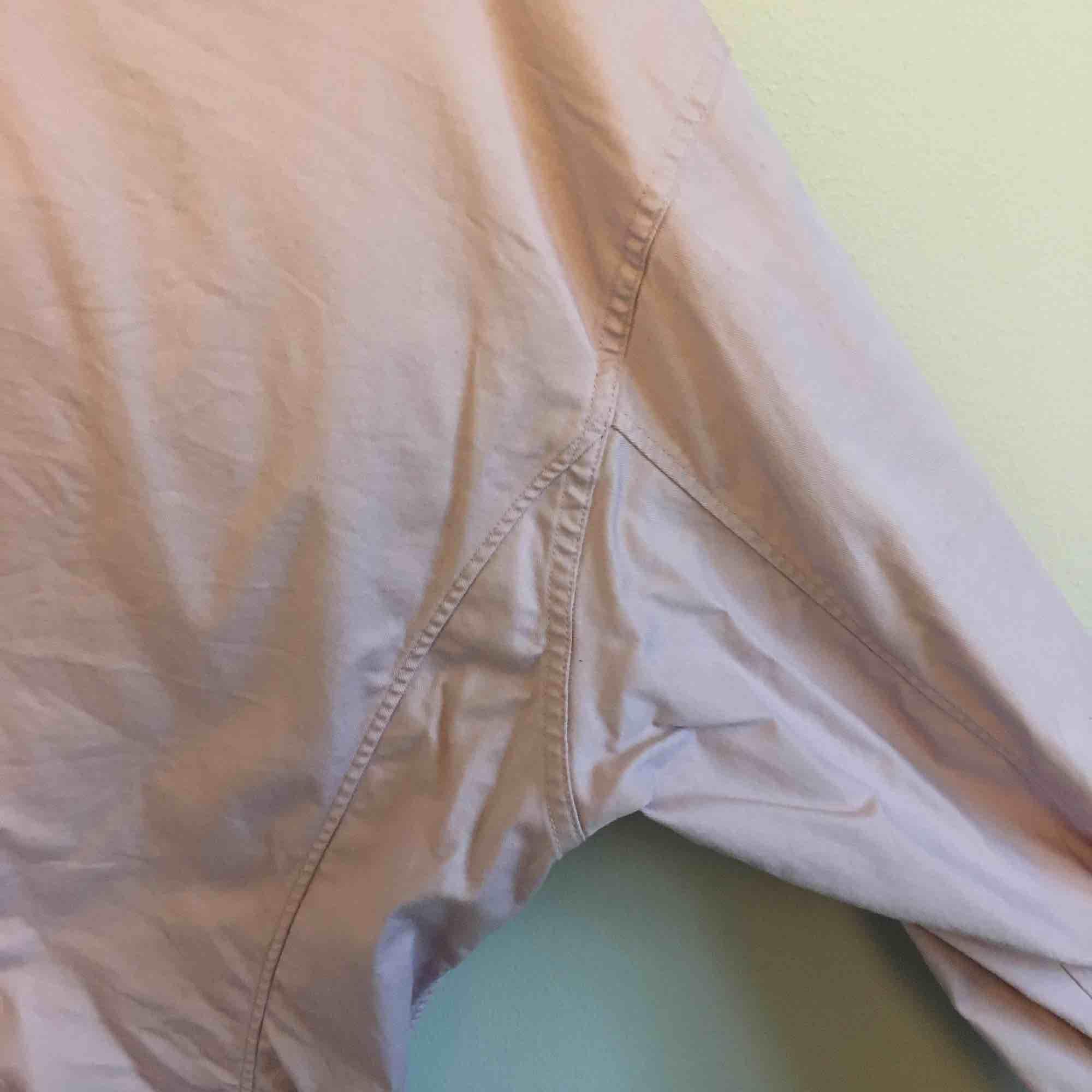 Skjorta från uniqlo i rosa/lila färg.  Den är lite insydd i midjan, men fortfarande oversized. Använd fåtal gånger.  Köpare betalar frakt eller kan mötas i Stockholm city/Odenplan.. Skjortor.