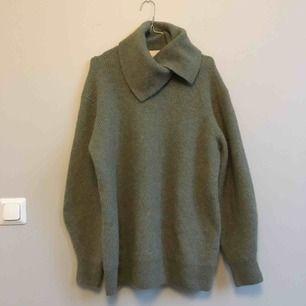 Stickad tröja från i H&m trend i material alpacka blend.I storlek Small, men är väldigt stor. Använd någon gång hemma bara. Insåg att den var för stor för mig.. Köpare betalar frakt eller kan mötas i Stockholm city eller Odenplan