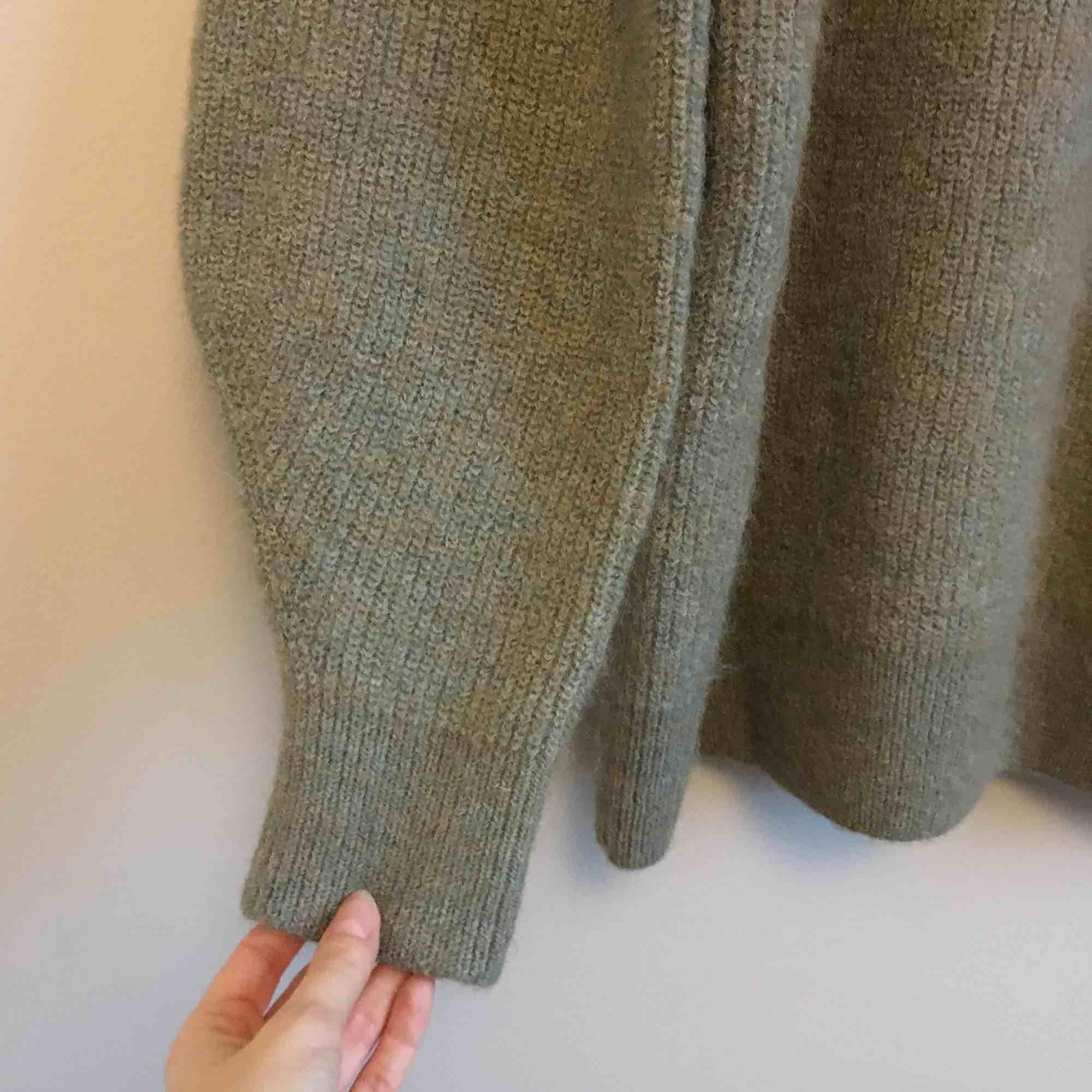 Stickad tröja från i H&m trend i material alpacka blend.I storlek Small, men är väldigt stor. Använd någon gång hemma bara. Insåg att den var för stor för mig.. Köpare betalar frakt eller kan mötas i Stockholm city eller Odenplan . Stickat.