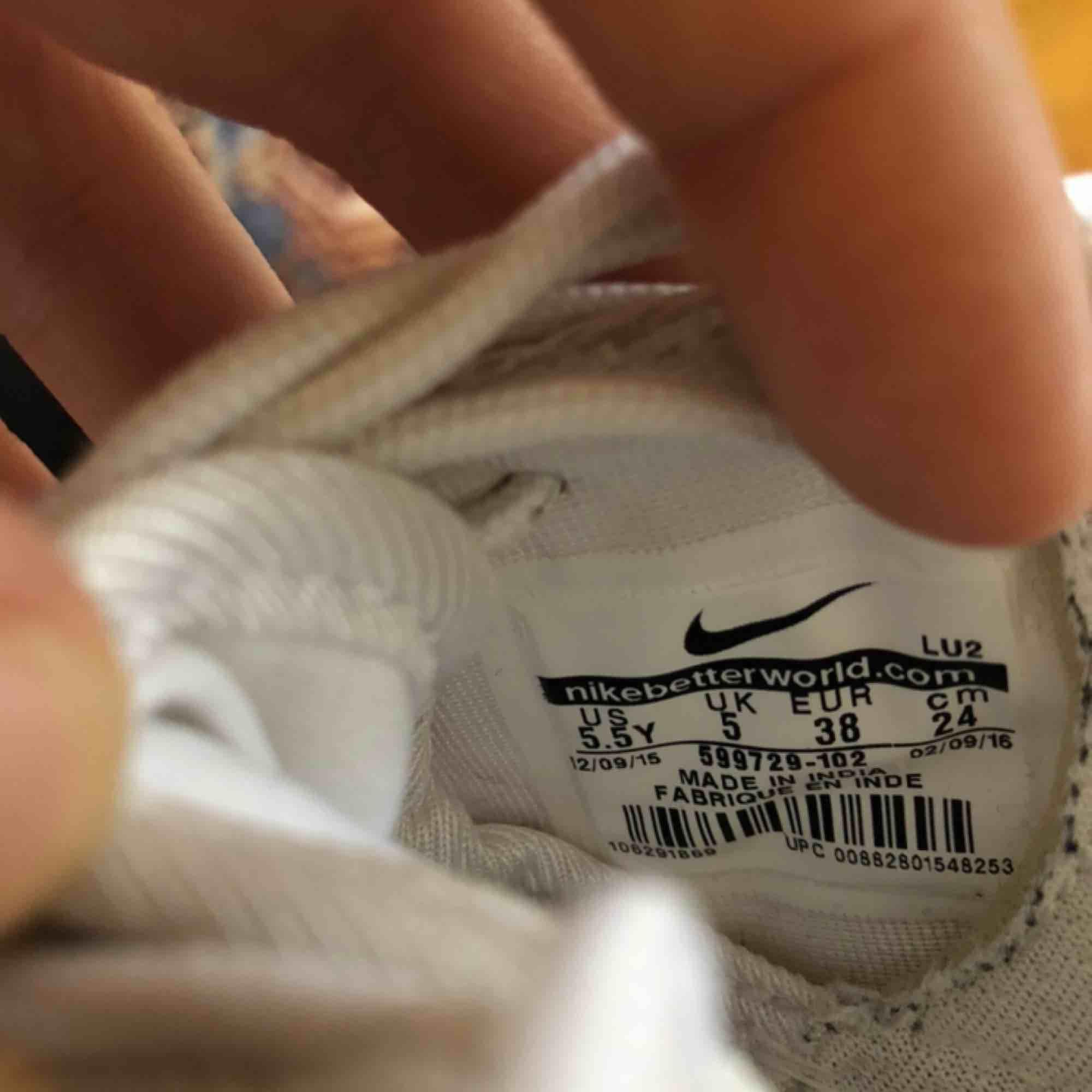 frakt inkl i priset!  Super fräscha löparskor från Nike! Sparsamt använda, aldrig utomhus, säljs pga fel storlek. Det står 38, men passar snarare 37. Materialet låter fötterna andas, perfekt för sommaren eller inomhus sport! . Skor.