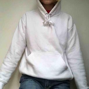Vit mysig oversized hoodie från h&m! storlek S men passar XS-M! möts i Sthlm eller så betalar köparen frakten! 💖💖