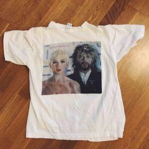 Sweet dreams are made of this! 💫Mammas tröja från Eurythmics turné 1986. Står att det är L men jag skulle säga att den är XS-S om man vill att den ska sitta löst och M om den kan sitta tightare. Frakt ingår!