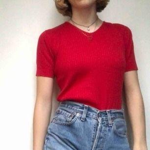 Superfin röd tröja i ribbat material!❣️ köpt second hand! har liten slitning vid ringningen men det går att laga! Möts i Sthlm eller så betalat köparen frakten!❤️