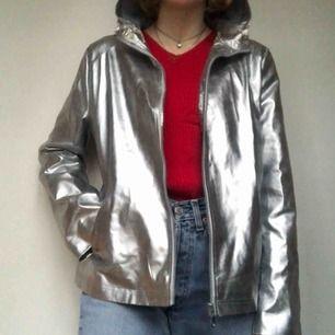Världens coolaste silverjacka! säljer denna då jag har två! har fickor och luva och skyddar bra mot regn och vind samtidigt som den är sjukt snygg!! Möts i Sthlm eller så betalat köparen frakt!🖤💿✨