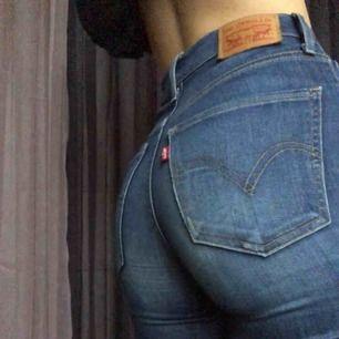 Mörkblå snygga Mile High Super Skinny Levi's jeans, högmidjade och sitter tight runt hela benen och rumpan.
