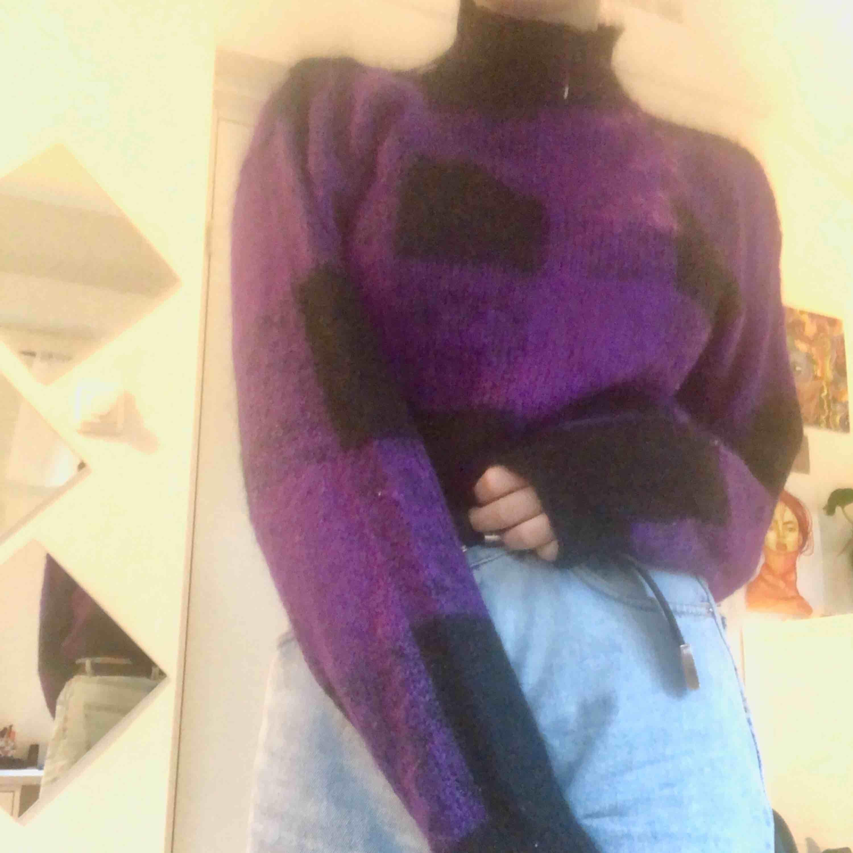 Det är en lila och svart tjocktröja. Den är gjord på bomull så den är mycket varm. Den har också knapar på sidan. Pris + frakt :). Stickat.