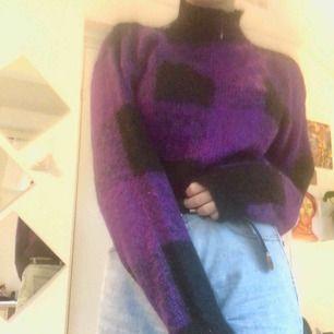 Det är en lila och svart tjocktröja. Den är gjord på bomull så den är mycket varm. Den har också knapar på sidan. Pris + frakt :)