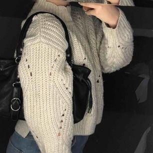 glittrig stickad tröja från & other stories! lite oversize och jätteskön, går att klä upp och ned:) köpt i vintras men knappt använd<3