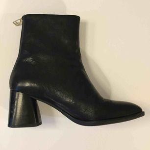 Vagabond sko Cindy i storlek 38. Skorna är i svart skinn med dragkedja i guldfärg på baksidan.  De är i fint skick, då jag inte använt de så mycket, men finns spår av användning.  Köpare betalar frakt eller kan mötas i Stockholm city/ Odenplan