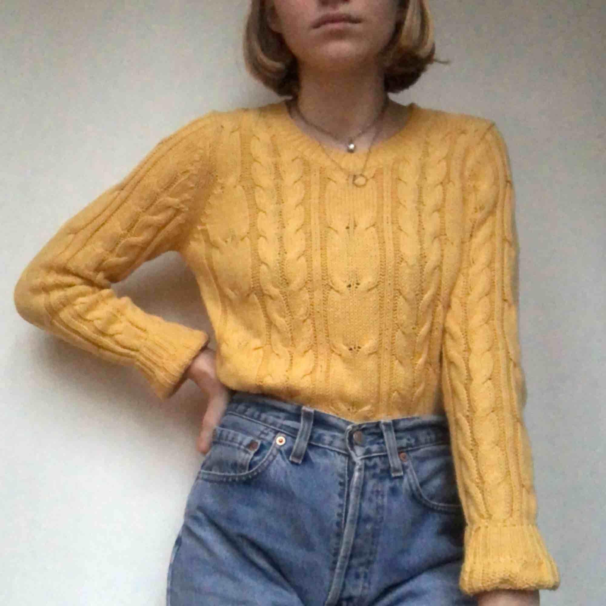 superfin gul stickad tröja! köpt second hand men från Cubus! passar XS - M! möts i Sthlm eller så betalar köparen frakten!⭐️💛. Stickat.