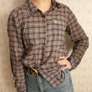 Skjorta från Zara i fint skick. Kan fraktas