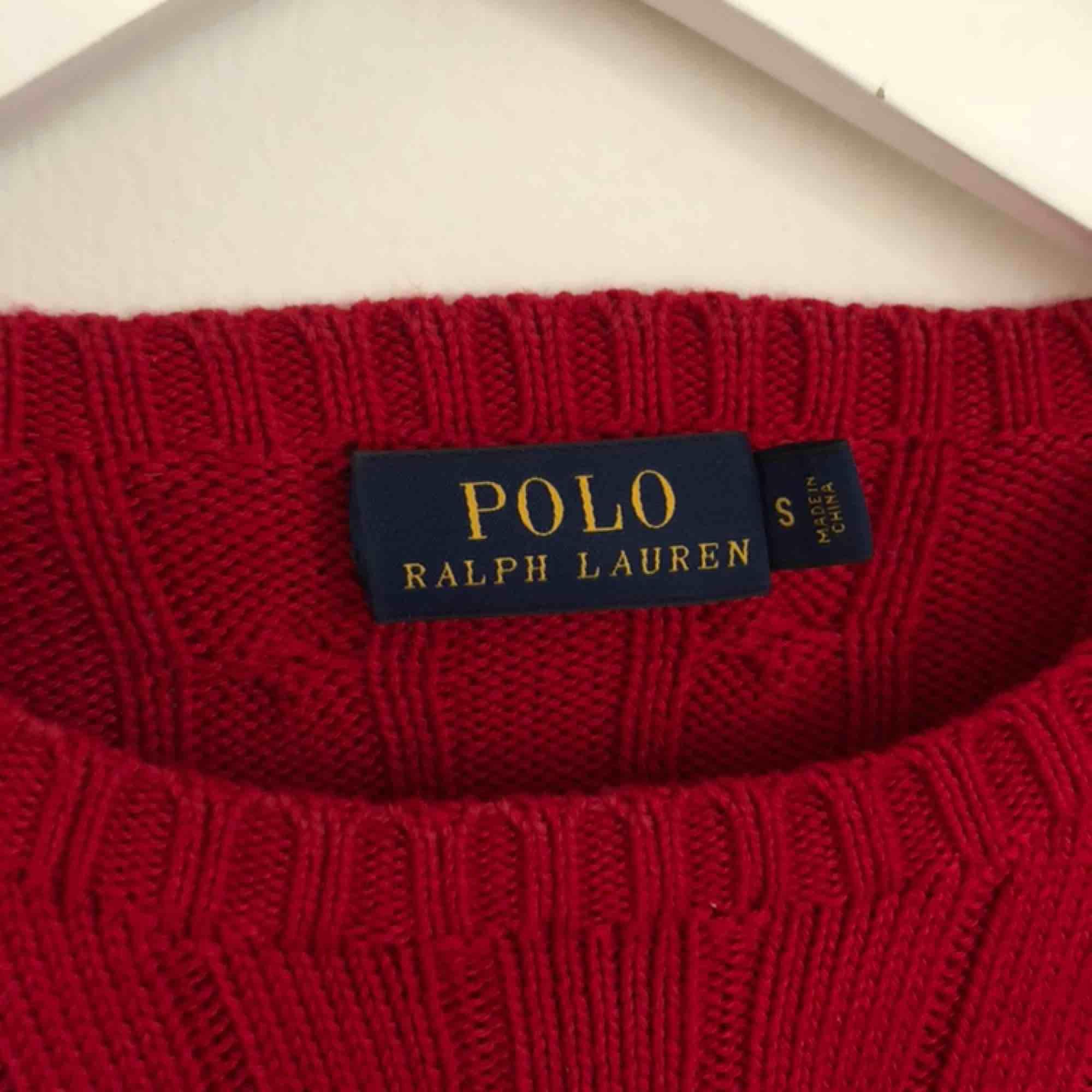 Kabelstickad tröja ifrån Ralph Lauren, nyskick eftersom att den nästan aldrig är använd. Frakt tillkommer! . Tröjor & Koftor.