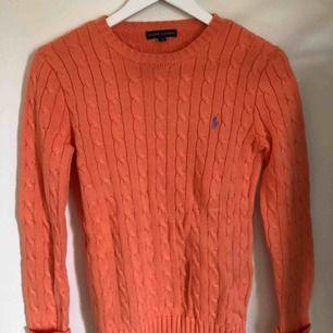 Kabelstickad tröja ifrån Ralph Lauren, nästan aldrig använd så den är i nyskick. Frakt tillkommer!