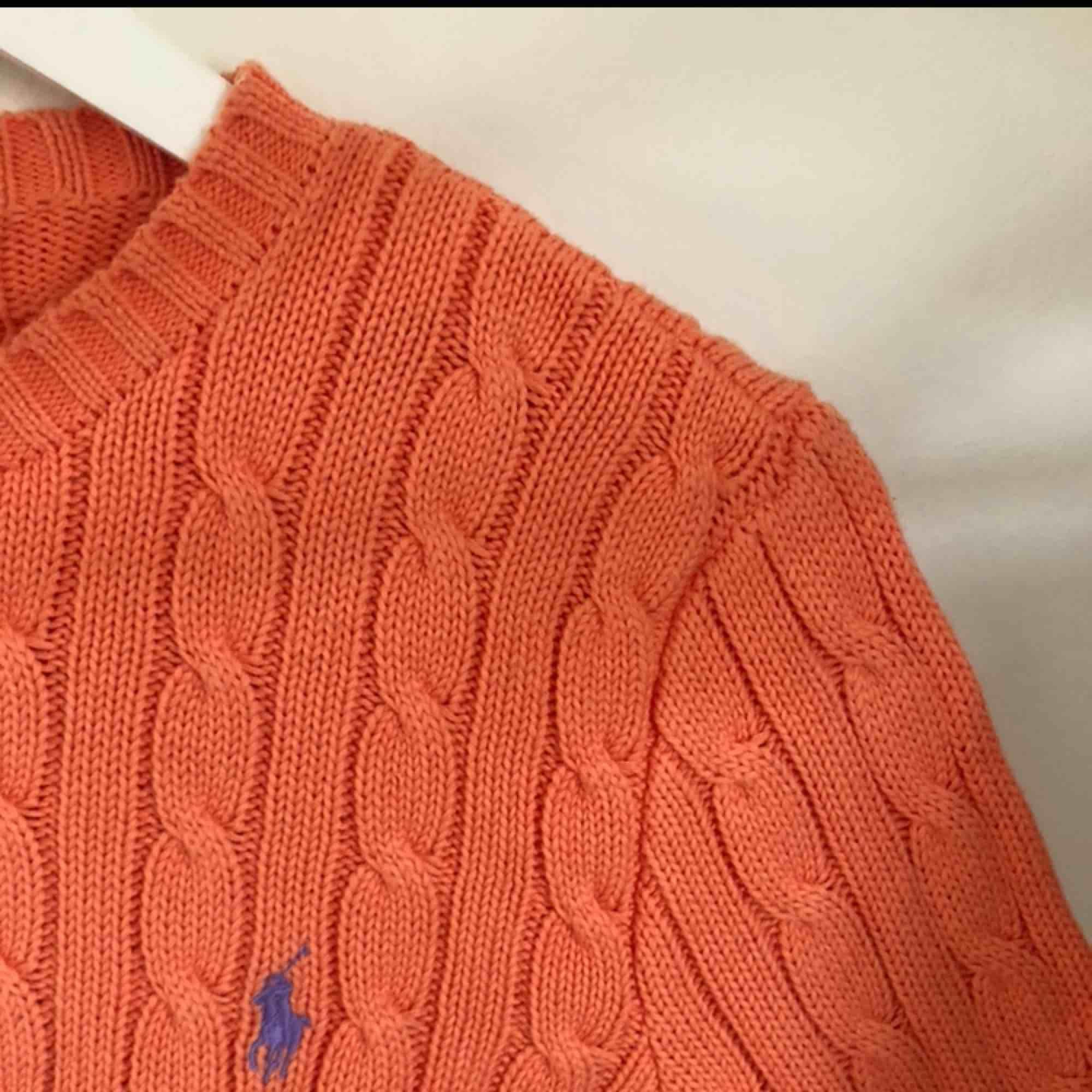 Kabelstickad tröja ifrån Ralph Lauren, nästan aldrig använd så den är i nyskick. Frakt tillkommer! . Tröjor & Koftor.