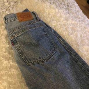Säljer mina Levis jeans 501. Kommit till användning 3 gånger ungefär, frakt tillkommer!