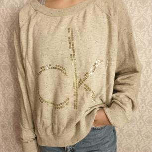 Calvin Klein sweatshirt i storlek XL (men är grymt snygg oversize). Super mysig och i fint skick. Kan fraktas