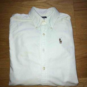 Vit Ralph Lauren skjorta i fint skick. Frakt tillkommer!