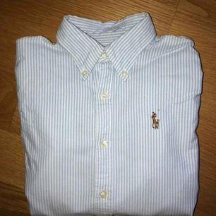 Blå-vitrandig Ralph Lauren skjorta i fint skick. Frakt tillkommer!