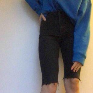 Superhäftiga jeansshorts i lite cykelbyxor vibbar! från Top Shop! möts i sthlm eller så betalar köparen frakt!🖤