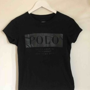 Polo Ralph Lauren t-shirt i väldigt fint skick! Med läder imitation på bröstet. I storlek S men skulle säga att den känns mer som en XS. Frakt tillkommer!