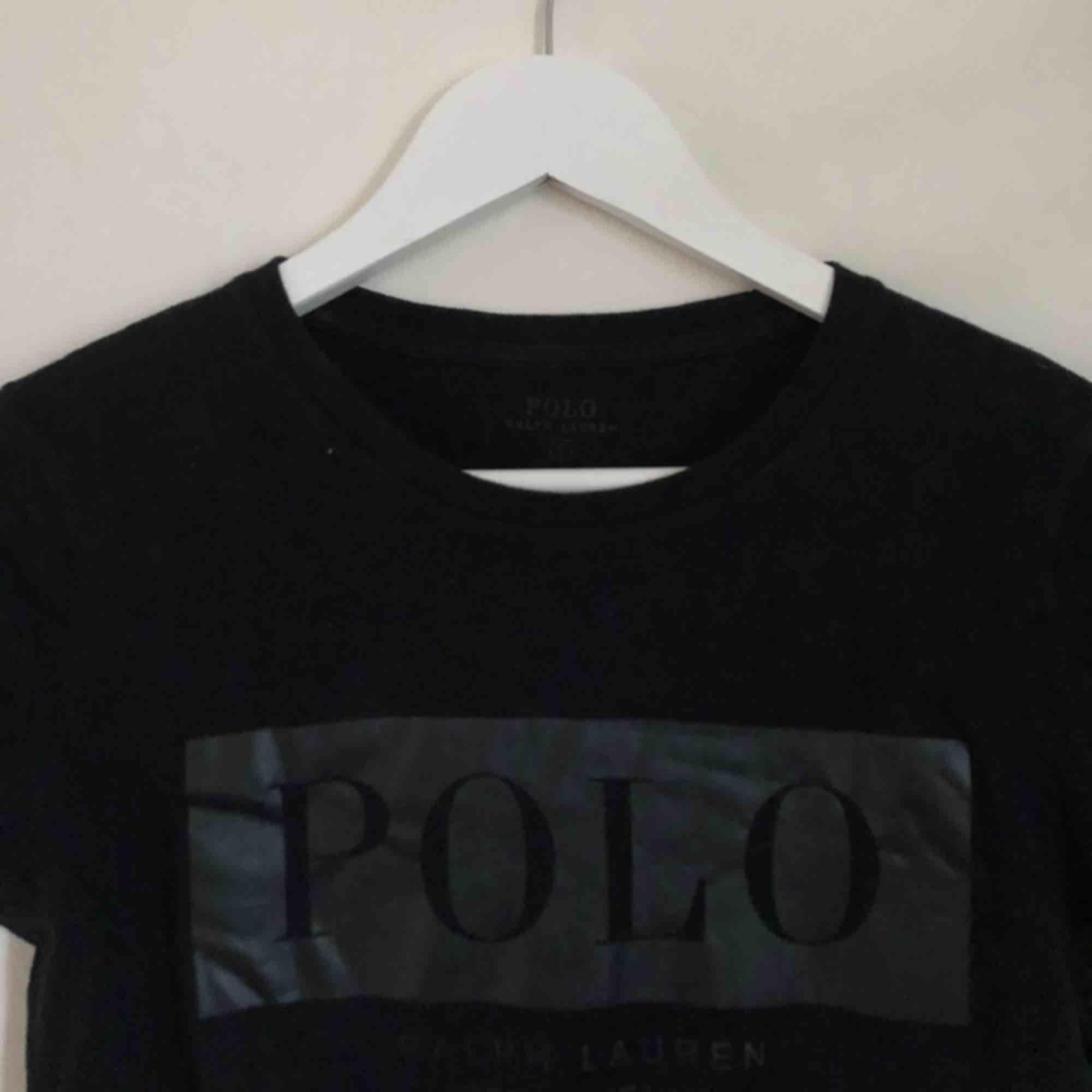 Polo Ralph Lauren t-shirt i väldigt fint skick! Med läder imitation på bröstet. I storlek S men skulle säga att den känns mer som en XS. Frakt tillkommer! . T-shirts.