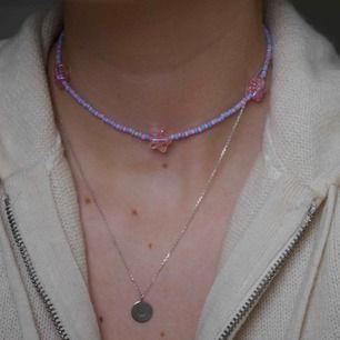 Super fint halsband med dekorativa hjärtan. Piffar upp varenda vardags outfit men passar synnerligen bra på festligheter då du vill få din outfit lite mer lekfull. Halsbandet är 31 cm långt och är inte töjbart. ❌Frakten är gratis!!❌