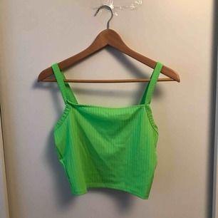 Neongrönt linne från new yorker. Använd två gånger. Klippt bort lapparna eftersom att de kliade. Det är iaf ett riktigt skönt material. Tvättas och stryks innan frakten som du står för.