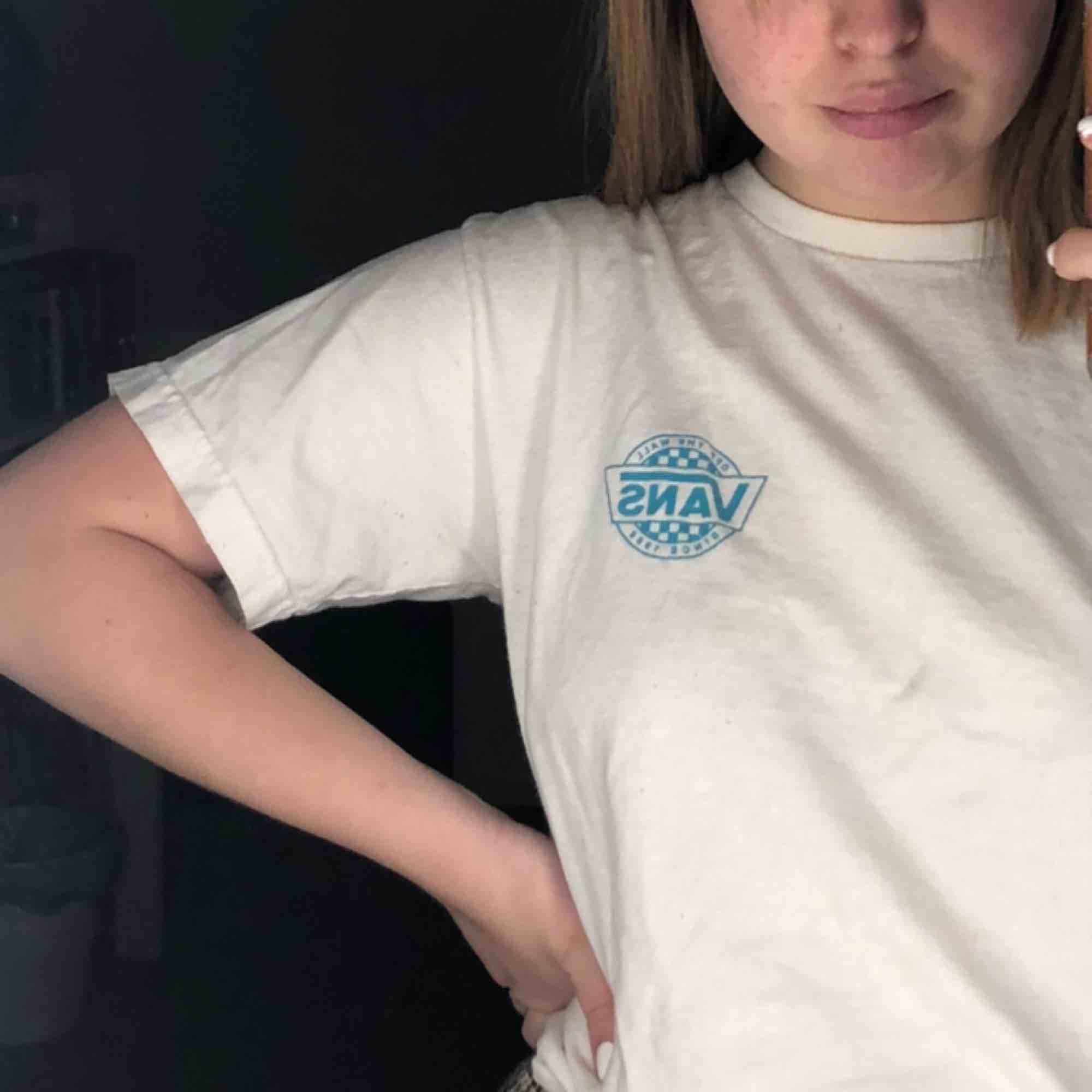 t-shirt från vans i oversize fit men ganska liten i storleken. T-shirts.