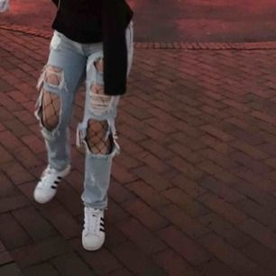 Supersnygga slitna boyfriend jeans från BikBok i storlek S Kommer tyvärr inte till användning längre därav att jag säljer! Köparen står för frakten 💙💫