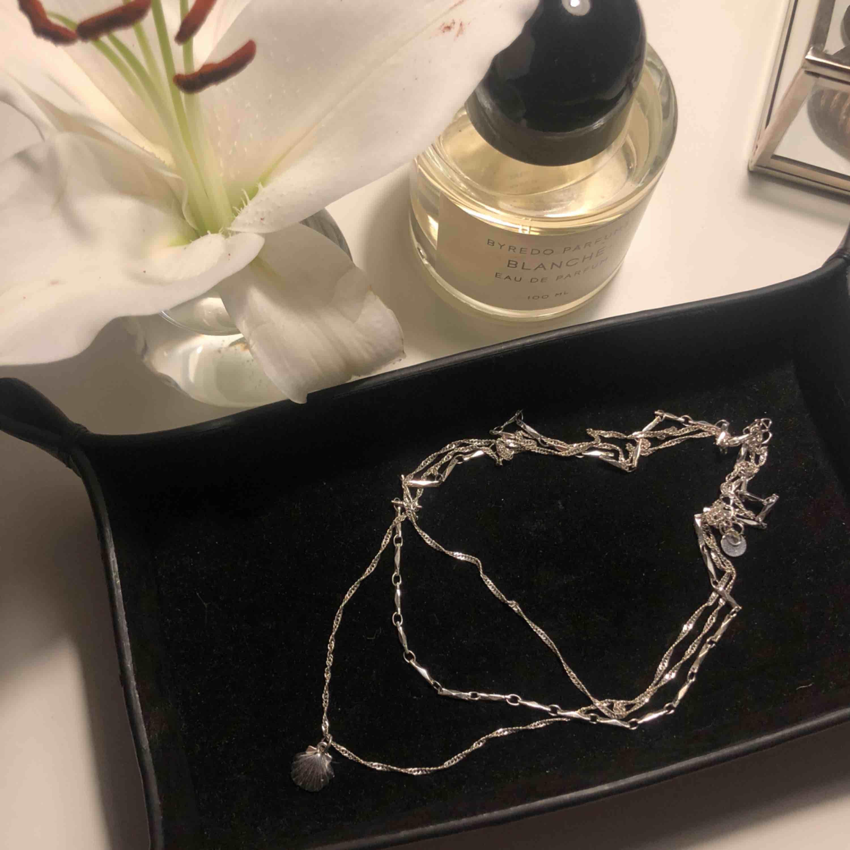 Jättefint tredelat silverhalsband (ej äkta silver) från NA-KD. Alla kedjorna sitter ihop! Använd 4-5 gånger och är därför i nyskick. Nypris ca 150 kr. Accessoarer.