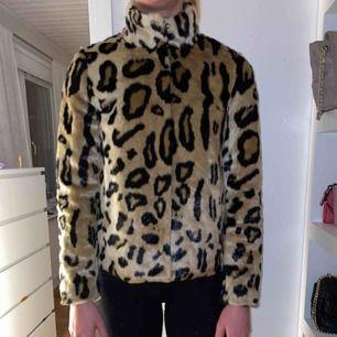 Leopard pälsjacka från Vero moda. Inköpt i början av året och använd 2 gånger. Inköpt för 800kr
